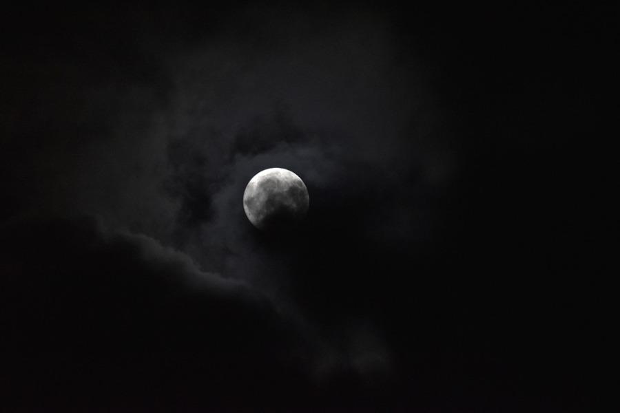 luna-llena-con-nubes