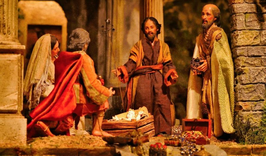 Reyes Magos dan regalos al Niño